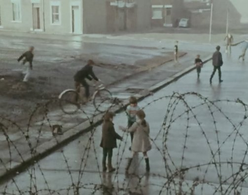 belfast-no-way-out-1970-001-kids-behind-fence_0